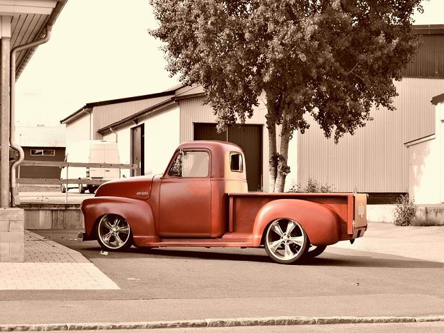 En röd pickup